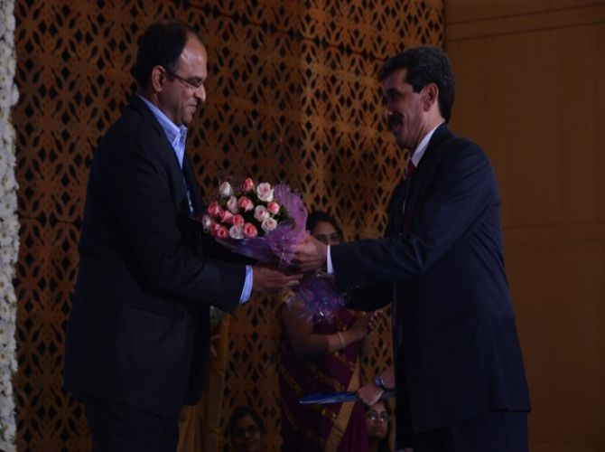 Prof.Sanjeev Prashar welcoming Mr.Thennavan Subbiah.JPG