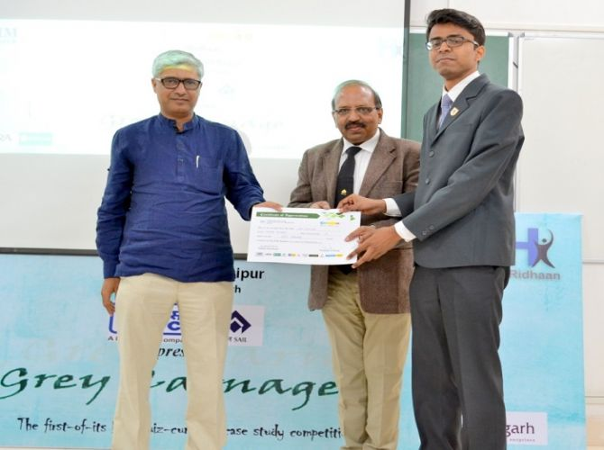Winner of Grey Carnage from NMIMS being felicitated by the judges.JPG
